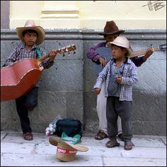 tocando, cantando y ganando