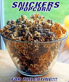 Snickers Popcorn AND Snickers Superfan Cupcakes with SnickersMinis! ~ The Cupcake Bandits Popcorn Recipes, Snack Recipes, Dessert Recipes, Flavored Popcorn, Yummy Snacks, Delicious Desserts, Yummy Food, Snickers Popcorn, Snickers Bar