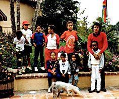 Nas imagens dessa matéria, Michael aparece com alguns dos seus sobrinhos e sobrinhas no Dia da Familia, na casa de Tito e Dee Dee Jackson. O Dia da Família é uma antiga tradição na família Jackson.