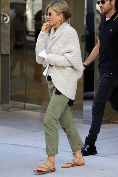 Jennifer Aniston - Jennifer Aniston kept it California casual with green pants, strappy sandals and a chunky cardigan. Mode Outfits, Fall Outfits, Casual Outfits, Fashion Outfits, Fashion Ideas, Fashion Tips, Looks Style, Casual Looks, Comfy Casual