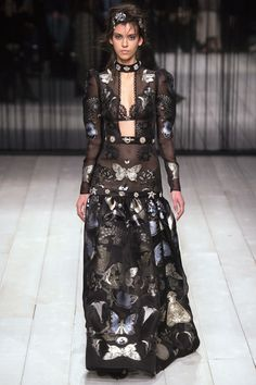 Alexander McQueen Fall 2016 Ready-to-Wear Fashion Show    http://www.theclosetfeminist.ca/  http://www.vogue.com/fashion-shows/fall-2016-ready-to-wear/alexander-mcqueen/slideshow/collection#20