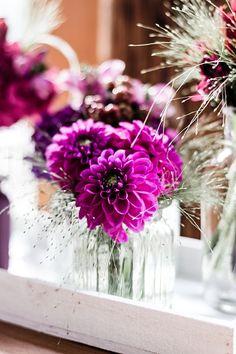Tischdeko in Beerentönen! #wedding #hochzeitsfloristik #hochzeitsdeko #weddingdecoration #beerentöne #location #hochzeitslocation #tischdeko #landhaustrautwein #rosen #dahlien #länglich #hochzeitsinspiration #septemberwedding #sektempfang