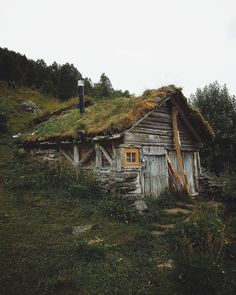 Architecture – Enjoy the Great Outdoors! Abandoned Houses, Abandoned Places, Old Houses, Forest Cabin, Forest House, Cabin Homes, Log Homes, Casa Dos Hobbits, Earth Homes