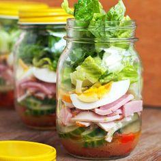 Cette salade en pot Mason comblera les adultes pressés qui veulent bien manger.Voir la recette (en a... - Photo Pinterest