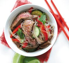 Spicy steak and noodle bowl salad Healthy Noodle Recipes, Healthy Salads, Healthy Food, Brunch Recipes, Dinner Recipes, Spicy Steak, Sweet Chilli Sauce, Beef And Noodles, Favorite Recipes
