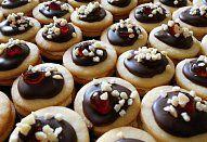 Mandlová srdíčka Mini Cupcakes, Cookies, Desserts, Food, Crack Crackers, Tailgate Desserts, Deserts, Eten, Cookie Recipes