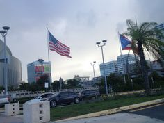 Coliseo de Puerto Rico.  Las banderas estan colocadas en buena posición pero si observamos con detalle la bandera de Estados Unidos de América esta en estado deteriorado.