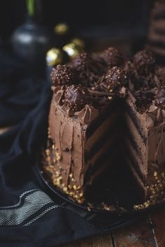 Rocher cake for chocolate lovers and connoisseurs ⋆ crunchy room - Rocher pie-chocolate hazelnut - Chocolate Torte, Chocolate Hazelnut, Chocolate Lovers, Drip Cakes, Food Cakes, Cupcake Cakes, 16 Cake, Torte Au Chocolat, Nougat Torte