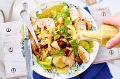 Caesar Salad schmeckt auswärts immer am besten? Damit ist jetzt Schluss, denn dank unserer köstlichen Variante aus Römersalat, Sesamhuhn und knusprigen Lau