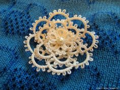 Short Tutorial on Tatting a Flower Needle Tatting, Tatting Lace, Needle Lace, Bobbin Lace, Col Crochet, Crochet Doilies, Doily Patterns, Crochet Patterns, Dress Patterns