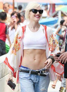 24 times gwen stefani proved that she is chola glamour personified gwen stefani com kimono de seda por cima de um top e combinado com cala jeans foto grosby group sciox Gallery