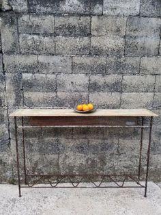 Articulo M0101. Mesa de arrime en tablero de cedro de antigua puerta, y hierro de columna estructural y chapa multiperforada. Medidas 32 cm de ancho x 105 cm de alto x 158 cm de largo. https://www.facebook.com/industrialyrecupero/
