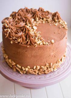 Tort Mocha cu banane O bunatate de tort ! are blat cu nuca insiropat , crema de cafea pe baza de oua si felii de banane , bonus crema de ciocolata