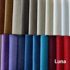 UNA to elegancka i miękka tkanina o krótkim gęstym runie, które wyraźnie układa się w jednym kierunku. Zmiana ułożenia włosa, np. pod wypływem dotyku dłonią, przynosi lekki efekt cieniowania. Nazwa tkaniny – z włoskiego luna to księżyc – odzwierciedla naturę materiału, który delikatnie połyskuje. Wizualnie miękka i subtelna, tkanina Luna jest jednak bardzo wytrzymała. Charakteryzuje ją wysoka odporność na ścieranie. Curtains, Home Decor, Blinds, Decoration Home, Room Decor, Draping, Home Interior Design, Picture Window Treatments, Home Decoration