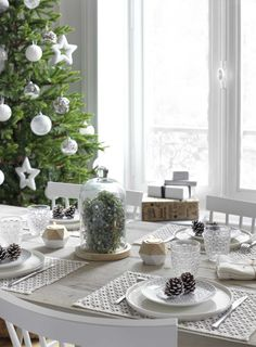〚 United colors of French Christmas by Maisons du Monde 〛 ◾ Photos ◾Ideas◾ Design French Christmas, Woodland Christmas, Christmas Table Decorations, Decoration Table, Scandinavian Holidays, Pine Dining Table, Deco Table Noel, Restaurant Tables, Diy Décoration