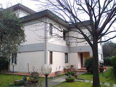vendesi CAMPI BISENZIO (FI) villetta libera su tre lati 315 mq con 250 mq di giardino e garage. € 550.000 Rif.SH21