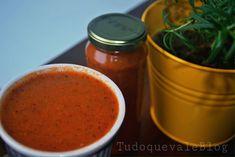 Ingredientes 1 kg tomate do tipo italiano ou comum bem maduros 2 cebolas médias cortadas em pedaços grandes 4 dentes alho 1 xícara (chá) salsinha 4 ramos manjericão fresco 1 colher (chá) Sal 1 colh…
