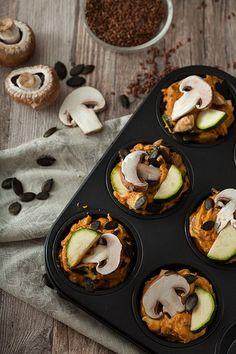 vegane herzhafte Muffins aus Süßkartoffeln mit Zucchini und Champignons, knackigen Kürbiskernen und Leinsamen Ei-Ersatz.