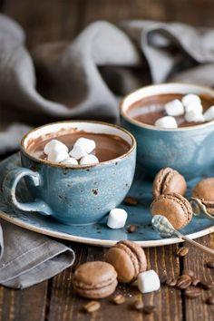 Hot chocolate, marshmallows and macaron heaven Café Chocolate, Hot Chocolate Recipes, Chocolate Marshmallows, Chocolate Macaroons, Chocolate Dreams, Pause Café, Chocolate Caliente, Tasty, Yummy Food