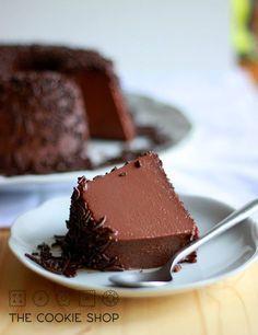 rendimento: 1 pudim de 20cm de diâmetro  1 lata de leite condensado 1 xícara (250ml) de leite integral 1 colher de sopa de manteiga 6 gemas 4 colheres de sopa de chocolate em pó (50% de cacau) chocolate granulado para a cobertura