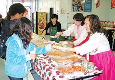 Korean food being offered at Palisades Park Jr./Sr. High School in New Jersey in 2012. Students may soon have Korean food among their lunch choices. (Photo via The Korea Times)