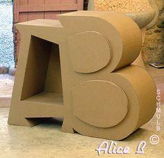 Meuble A B majuscule en carton