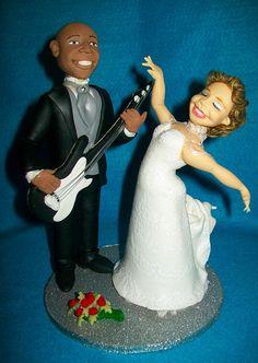 Noivos humanizados - Noivo baixista e noiva bailarina #Noivinhos #Biscuit #Topper #PorcelanaFria #Humanizados #NoivoMusico #NoivaBailarina #CoisasDeLaurinha