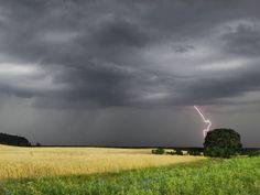 himmel | Gewitter: Wenn dunkle Wolken am Himmel aufziehen (Quelle: imago)