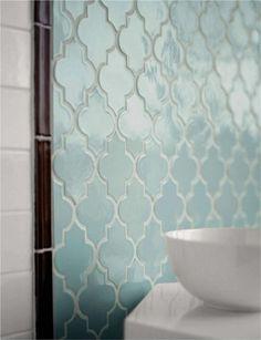 Des carreaux en forme d'arabesque d'inspiration marocaine pour la salle de bain (Walker Zanger)