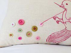 Botón pájaro almohada pantalla impresa y bordada por eggagogo