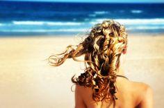 Chioma perfetta anche in ESTATE? Il sole e il mare danneggiano cuoio capelluto, fusto, radici e colore. Cosa fare?  1 - Evita di fare trattamenti stressanti dal parrucchiere nelle due settimane prima di andare in vacanza.  2 - Applica un protettivo specifico (fluido, crema o olio) durante l'esposizione. 3 - Sciacqua i capelli dopo ogni bagno in mare. 4 - Usa il balsamo e asciuga i capelli a bassa temperatura. Le #questionidistile di #hairartitaly si prendono cura della tua bellezza!