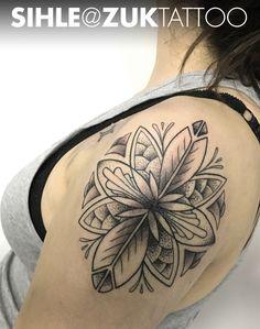 Tatuaje en negro y gris con una flor mandala.