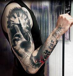 Sleeve tattoo por Simone Pfaff e Volko Merschky. A tatuagem parece muito criativo, como não é o relógio com uma mão, aparentemente, de chegar para ele, enquanto o projeto diminui para baixo até o braço, no que parece ser uma torre de design. (Foto: Fontes de imagem)