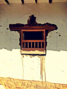 instalación de ventana de madera en muro de tapia pisada, sistema constructivo tradicional de la región. Guane Santander, Colombia.