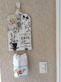 Porta toalha com pintura feito à mão, madeira MDF, 3mm,acabamento em verniz. Pode haver pequena diferença no passarinho. O valor a ser pago é  O valor do produto + o valor do frete.