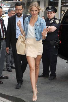 cameron diaz outfits best outfits - Page 5 of 100 - Celebrity Style and Fashion Trends Cameron Diaz Style, Cameron Diaz Hair, Beige Skirt, Cream Skirt, Casual Chique, Summer Outfits, Cute Outfits, Love Her Style, Spring Summer Fashion