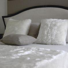 Super branquinha, macia ao toque e quentinha a Manta de pele Alasca é a companhia perfeita para o sofá ou o pé da cama nos meses mais gelados do ano. Crie looks super sofisticados e elegantes combinando sua manta com almofadas de pele de diferentes tamanhos, ou dê um toque mais arrojado para ela misturando-a com almofadas estampadas. Shop online> http://www.lolahome.com.br/manta-de-pele-alasca-710.aspx/p