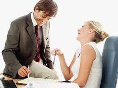 Um novo estudo sugere que ser sedutora no trabalho pode ajudar uma mulher quando se trata de subir na carreira.