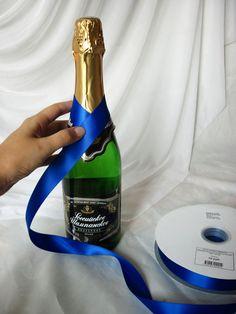 Wedding Wine Bottles, Wine Bottle Tags, Diy Bottle, Champagne Bottles, Bottle Art, Decorated Wine Glasses, Wine Craft, Glass Bottle Crafts, Bottle Cover