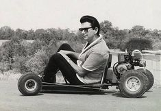 coupdetorchon:apanelofanalysts:Roy OrbisonThe internet has exposed me to an almost incomprehensible array of atrocities and horrible homo sapiens that I'd otherwise have existed in blissful ignorance of. But it has also given me Roy Orbison on a go-kart. Eric Idle, Victor Vasarely, Roy Orbison, Rare Photos, Vintage Photos, Vintage Cars, Vintage Go Karts, Porsche, Nostalgia