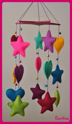 Aunque ya conocéis los GURI-MÓVILES, no me resisto a enseñaros cada uno de los que hago.   Ya sabéis que pueden ser de estrellas, de coraz... Felt Crafts Diy, Felt Diy, Baby Crafts, Sewing Crafts, Felt Decorations, Christmas Decorations To Make, Cotton Crafts, Felt Ornaments, Baby Decor