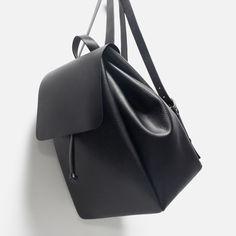 Zara black leather backpack ISO 😽❤️ please help me find it 👀 Brandy Melville Bags Backpacks Cute Mini Backpacks, Stylish Backpacks, Rucksack Bag, Backpack Bags, Diy Mochila, Fashion Bags, Fashion Backpack, Diy Fashion, Streetstyle Blogger