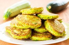 Flavorful Zucchini Fritters Looking for ways to use zucchini this summer? Try making a big batch of zucchini fritters – basically like zucchini pancakes, which work great for breakfast, lunch, or dinner.Super versatile, this recipe offers plenty of room f Vegetable Side Dishes, Vegetable Recipes, Vegetarian Recipes, Cooking Recipes, Healthy Recipes, Zucchini Fritters, Zucchini Pancakes, Fried Zucchini, Gastronomia