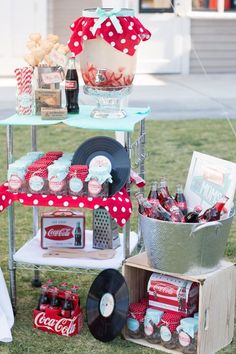 Take mom on a blast from the past in this Kara's Party Ideas Retro Diner Themed Mother's Day Party. Don't miss the cute printables, pies, and more! 50s Theme Parties, Birthday Party Themes, Grease Themed Parties, 1950s Theme Party, Pin Up Party, Party Time, Anniversaire Pin Up, Fiesta Pin Up, Festa Rock Roll