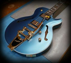 Kiesel Guitars Carvin Guitars SH550 (Semi Hollow Guitar) in pearl blue with white painted body binding in a satin finish