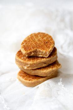 Vlaardingse ijzerkoekjes - Zoetrecepten Dutch Recipes, Sweet Recipes, Baking Recipes, Cookie Desserts, Cookie Recipes, Dessert Recipes, Cake Cookies, Cupcake Cakes, Beignets