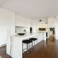 Curva House in Australia by LSA Architects & Interior Design merges the appeal of a heritage building with the contemporary vibe of a bold extension. Minimalist Kitchen, Modern Minimalist, Melbourne House, Kitchen Countertops, Marble Countertops, Granite, Modern Kitchen Design, Home Kitchens, Dream Kitchens