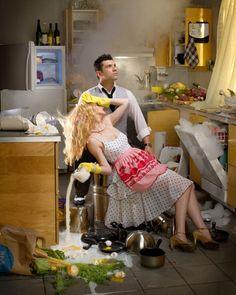 desperate housewife via Miles Aldridge Bad Wife, Retro Housewife, Jean Marie, Desperate Housewives, Domestic Goddess, Estilo Retro, Everyday Food, Up Girl, Homemaking