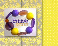 bracciale elastico realizzato con pastiglie piatte in agata viola e perle in vetro e resina giallo e viola.