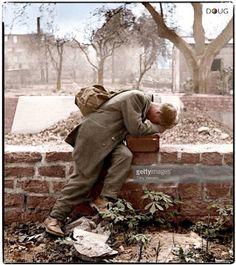 Francfort 1944. Soldado alemán al descubrir  su casa bombardeada.